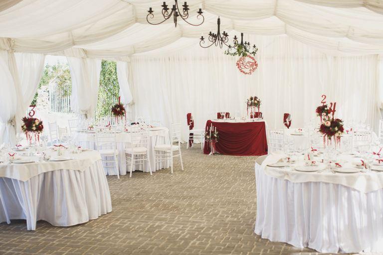 Jak zorganizować plenerowe wesele w zimowej odsłonie? – poradnik